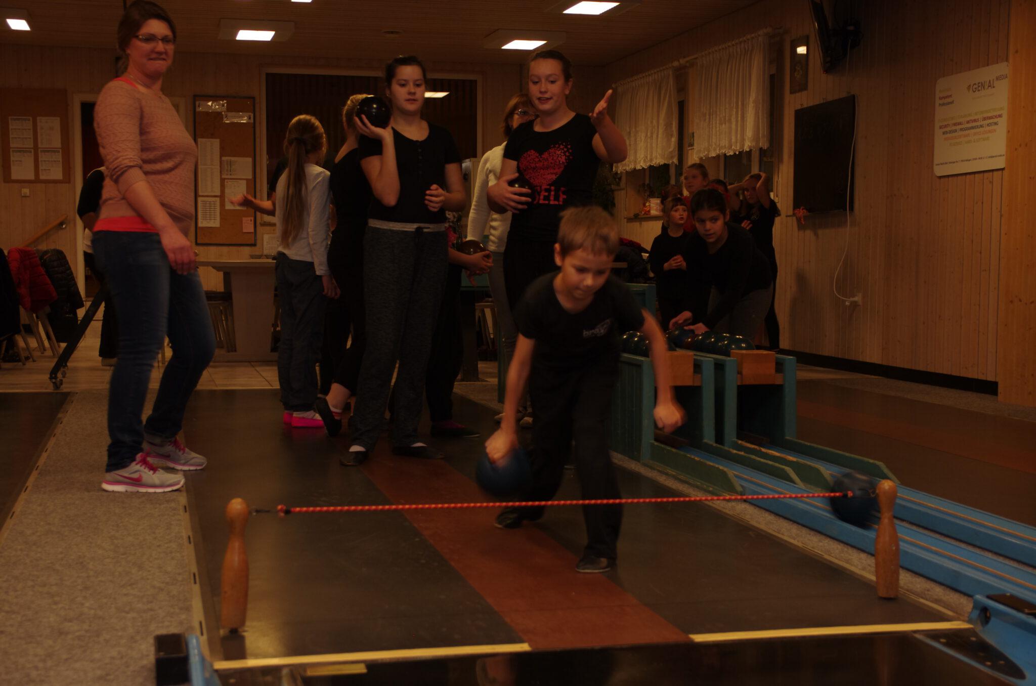 Jahr 2015. Kindertanzclub bravO. Kegelbahn.