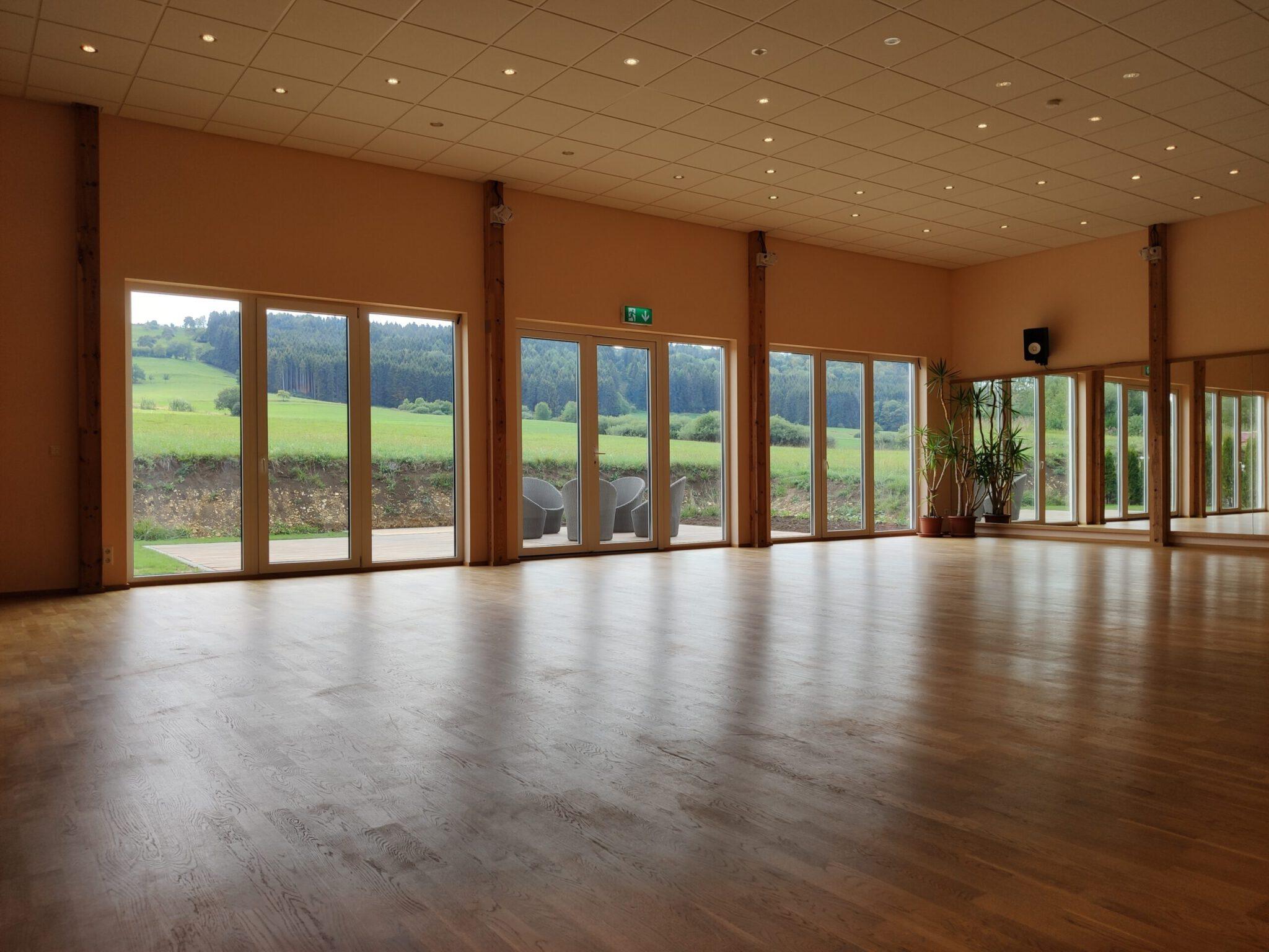 Blick auf die Terrasse vom Saal